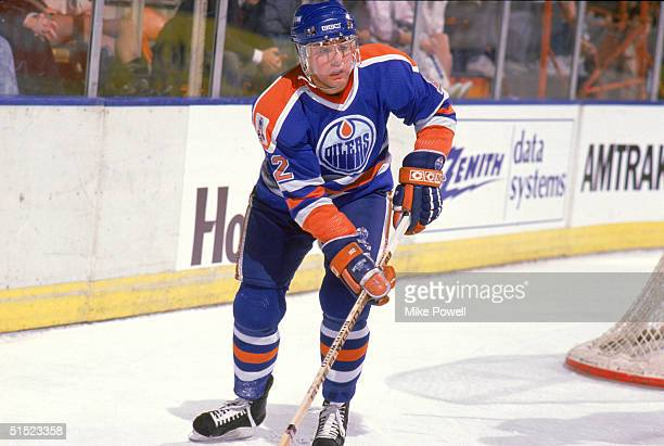 Jimmy Carson of the Edmonton Oilers skates against the Los Angeles Kings during a game in 1988 at the Great Western Forum in Inglewood California