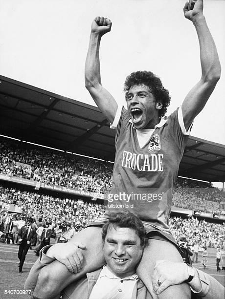 Jimmy Hartwig Fußballspieler von 1860 München wird nach dem Schlusspfiff jubelnd auf den Schultern vom Platz getragen Seine Mannschaft schlug Arminia...