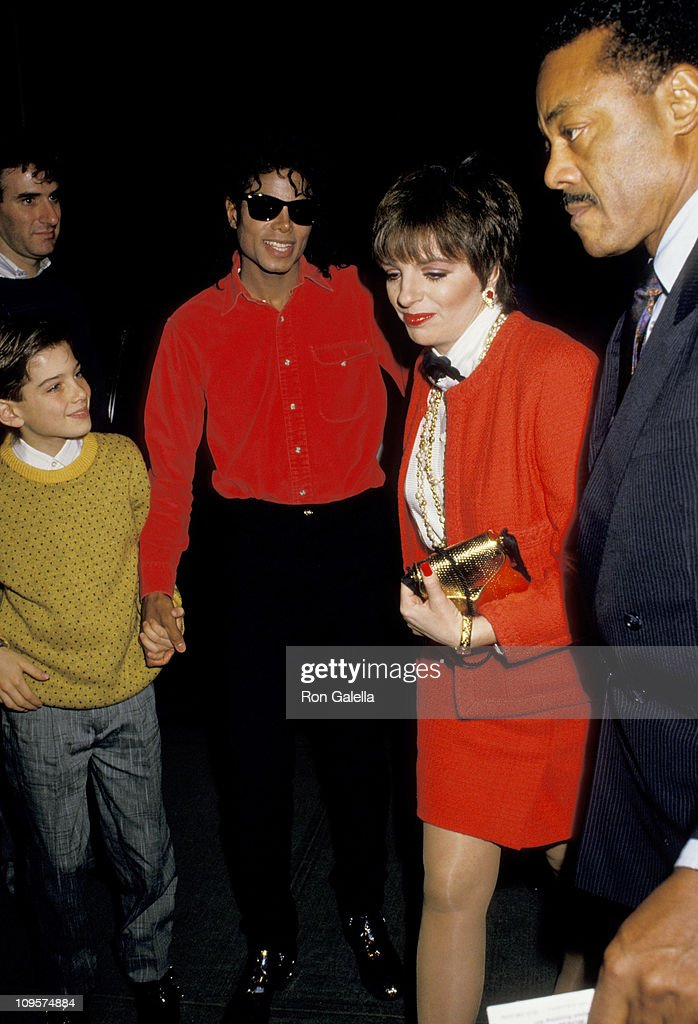 "Michael Jackson and Liza Minnelli Attending 1988 Performance of ""The Phatom of the Opera"" : News Photo"