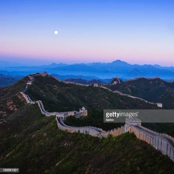 Jinshanling great wall tôt le matin avec lune
