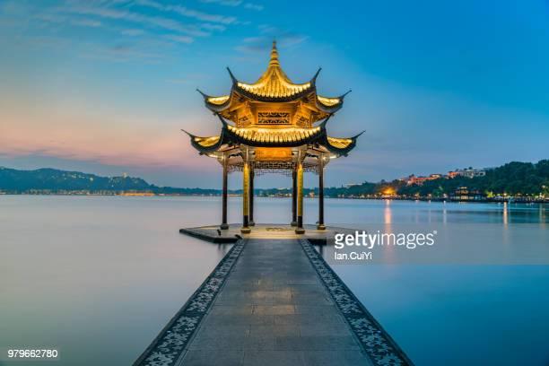 jixian pavilion of hangzhou west lake, china (dusk) - tempio foto e immagini stock