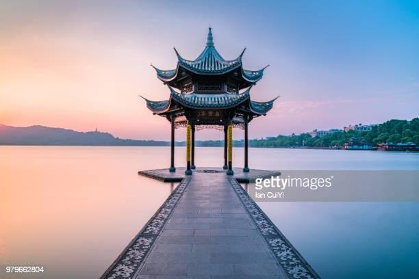 jixian pavilion of hangzhou west lake, china (dusk) - casa de jardim ou parque - fotografias e filmes do acervo