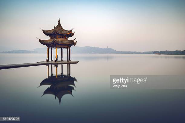 jixian pavilion on the west lake - china oost azië stockfoto's en -beelden