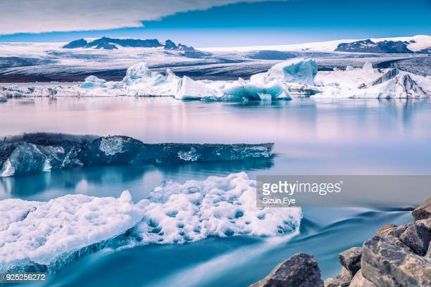 jökulsárlón glacial lagoon with a floating icebergs in south-eastern iceland. - jokulsarlon lagoon stock photos and pictures