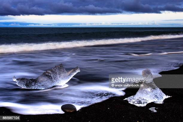 jökulsárlón - ice beach iceland, also known as diamond beach - landschaft stock pictures, royalty-free photos & images