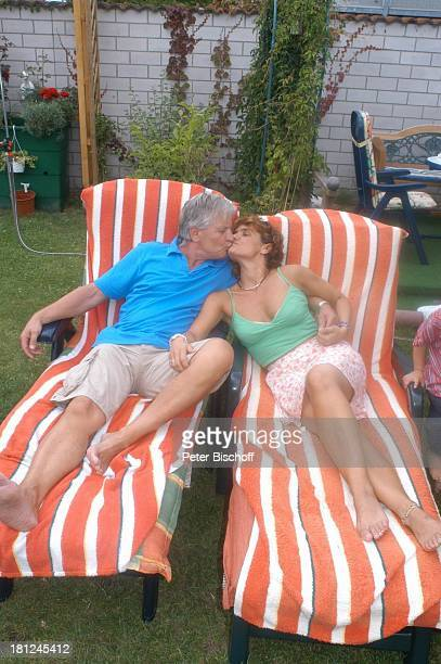 Jo Bolling Ehefrau Petra Bolling Homestory Kleinstadt nahe Frankfurt am Main Garten Schauspieler Kuss küssen umarmen Liege Familie Promis Prominente...