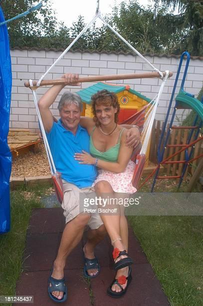 Jo Bolling Ehefrau Petra Bolling Homestory Kleinstadt nahe Frankfurt am Main Garten Schauspieler umarmen Schaukel Familie Promis Prominente...