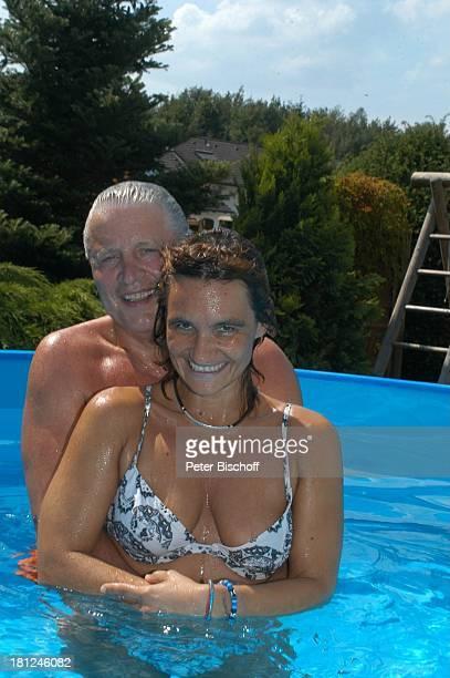 Jo Bolling Ehefrau Petra Bolling Homestory Kleinstadt nahe Frankfurt am Main Garten Schauspieler umarmen Pool SwimmingPool Bikini Bademode Badehose...