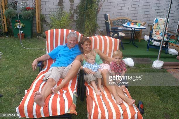 Jo Bolling Ehefrau Petra Bolling Zwillingssohn LiamViktor Homestory Kleinstadt nahe Frankfurt am Main Garten Schauspieler umarmen Liege Familie...