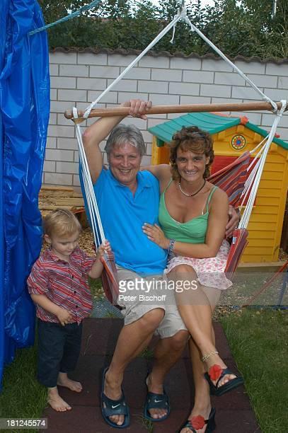 Jo Bolling Ehefrau Petra Bolling Zwillingssohn LiamViktor Homestory Kleinstadt nahe Frankfurt am Main Garten Schauspieler umarmen Schaukel Familie...