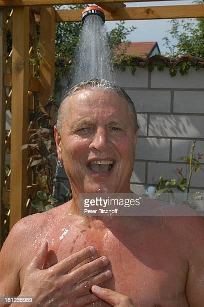 Jo Bolling Homestory Kleinstadt nahe Frankfurt am Main Garten Schauspieler Dusche duschen Bademode Badehose Promis Prominente Prominenter