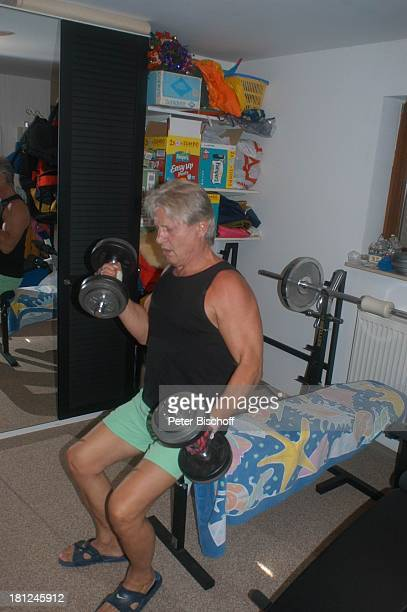 Jo Bolling Homestory Kleinstadt nahe Frankfurt am Main Fitnessraum Hobbyraum Hanteln Gewichtheben stemmen Sport Krafttraining Schauspieler Promis...
