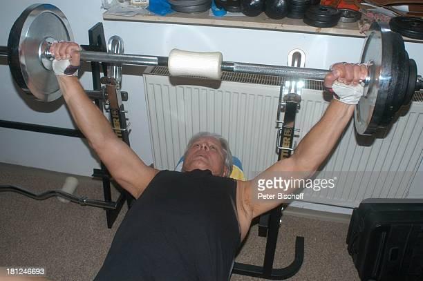 Jo Bolling Homestory Kleinstadt nahe Frankfurt am Main Fitnessraum Hobbyraum Gewichtheben stemmen Sport Krafttraining Schauspieler Promis Prominente...