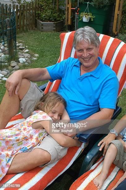 Jo Bolling Tochter SelinaMeret Homestory Kleinstadt nahe Frankfurt am Main Garten Schauspieler umarmen Liege Familie Promis Prominente Prominenter
