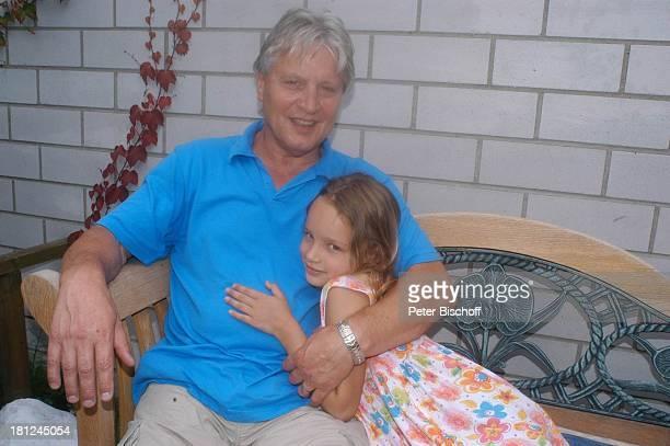 Jo Bolling Tochter SelinaMeret Homestory Kleinstadt nahe Frankfurt am Main Terrasse Garten Schauspieler Familie umarmen Promis Prominente Prominenter