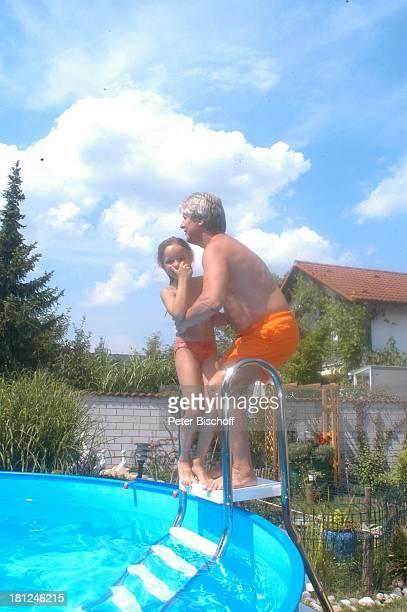 Jo Bolling Tochter SelinaMeret Homestory Kleinstadt nahe Frankfurt am Main Garten Schauspieler umarmen Pool SwimmingPool Bikini Bademode Badehose...