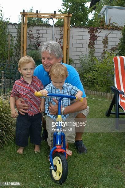 Jo Bolling Zwillingssöhne NoahHenry und LiamViktor Homestory Kleinstadt nahe Frankfurt am Main Garten Schauspieler umarmen Roller Tretroller Familie...