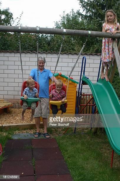 Jo Bolling Zwillingssöhne NoahHenry und LiamViktor Tochter SelinaMeret Homestory Kleinstadt nahe Frankfurt am Main Garten Schauspieler Schaukel...