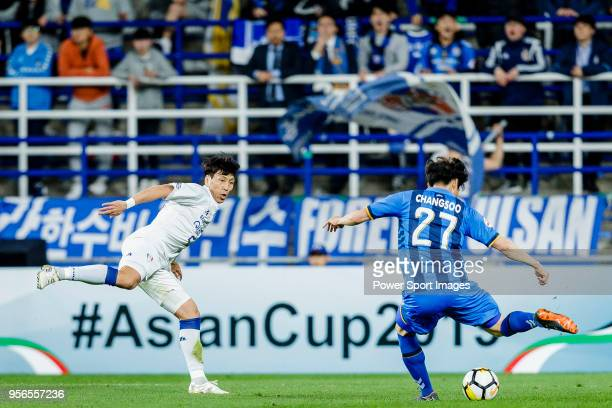 Jo Sung-Jin of Suwon Samsung Bluewings fights for the ball with Kim Chang-Soo of Ulsan Hyundai FC during the AFC Champions League 2018 Round of 16...