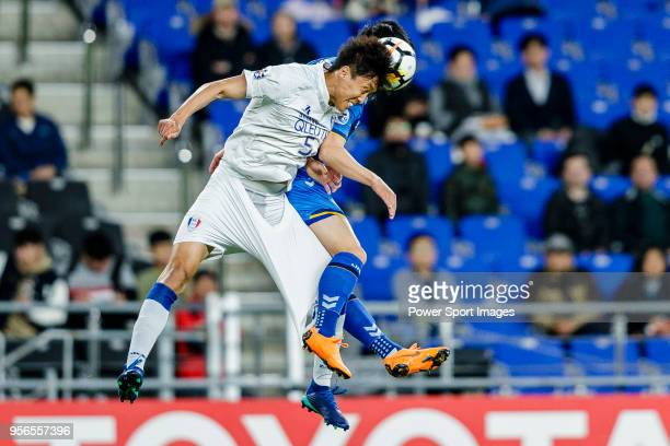 Jo Sung-Jin of Suwon Samsung Bluewings fights for the ball with Kim Seung-Jun of Ulsan Hyundai FC during the AFC Champions League 2018 Round of 16...