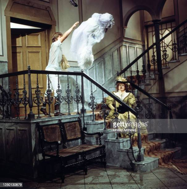 Joachim Ansorge wirft Loni von Friedls Kleid aus dem Haus in Ein Klotz am Bein, Regie: Stanislav Barabas, 1976.