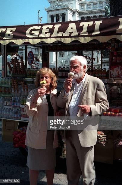 "Joachim ""Blacky"" Fuchsberger, Ehefrau Gundula am in Rom, Italien."