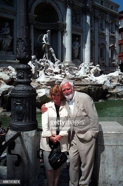 """Joachim """"Blacky"""" Fuchsberger, Ehefrau Gundula am vor Trevi-Brunnen in Rom, Italien."""