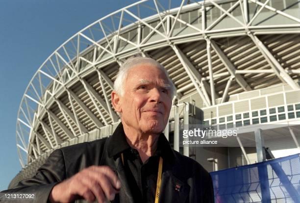 Joachim Blacky Fuchsberger läuft am am Olympiastadion in Sydney vorbei Der Schauspieler Showmaster und Produzent betritt im reifen Alter von 73...