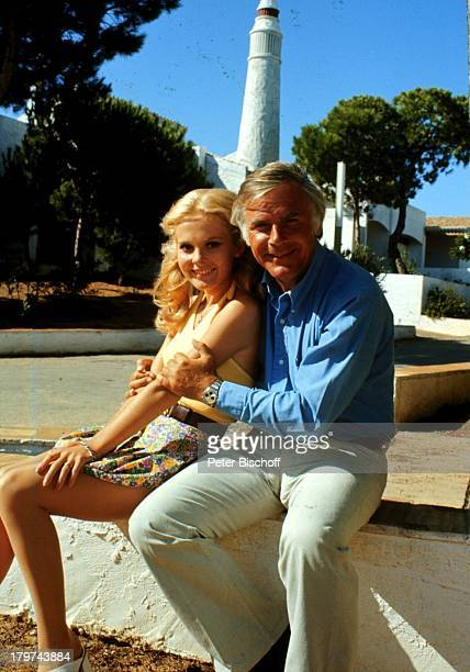 Joachim Fuchsberger mit Heidi Hansen ZDFFilm Ein Käfer gibt Vollgas Dreharbeiten in Portugal Schauspielerin Schauspieler Promis Prominente Prominenter