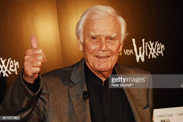 Joachim Fuchsberger Pressevorführung KinoFilm 'Neues vom Wixxer' München Bayern Deutschland 'CinemaxxFilmpalast' Foyer Daumen hoch Handzeichen für...