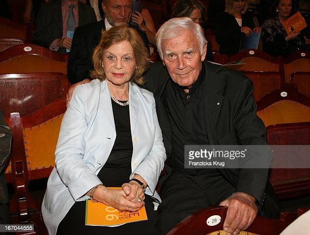 Joachim Fuchsberger Und Ehefrau Gundula Bei Der Verleihung Des 6. Internationalen Buchpreis Corine Im Prinzregententheater In München .