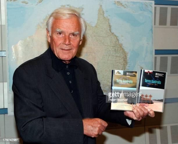 Joachim Fuchsberger zeigt VideoKassetten zur ARDReihe Terra Australis Highway No1 Schauspieler Promis Prominente Prominenter