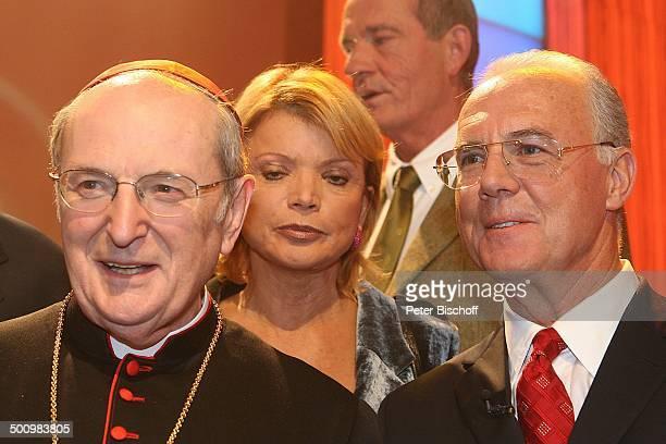 Joachim Kardinal Meisner Franz Beckenbauer dahinter Uschi Glas ZDFJahresrückblickShow 'Menschen 2005' Rheingoldhalle Mainz Deutschland PNr 1469/2005...