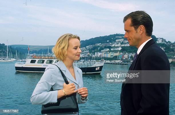 Joachim Kretzer Floriane Daniel ZDFPilcherFilm Wind über dem Fluss Südengland/England/Großbritannien Anzug Tasche Handtasche Hafen Schiff Boot...