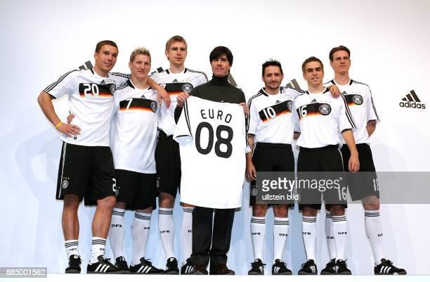 Joachim Loew Trainer Nationalmannschaft D praesentiert mit den Nationalspielern Lukas Podolski Bastian Schweinsteiger Per Mertesacker Oliver Neuville...