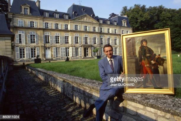 Joachim Louis Napoléon Murat pose devant un tableu représentant son aïeul Joachim Murat au Chateau de Nointel le 4 octobre 1987 France