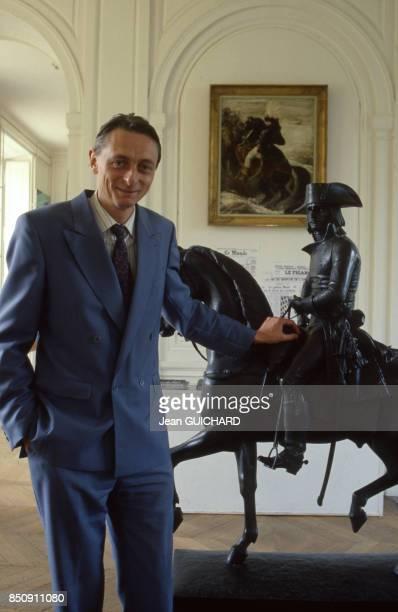 Joachim Louis Napoléon Murat pose devant une statue représentant Napoléon Bonaparte Chateau de Nointel le 4 octobre 1987 France
