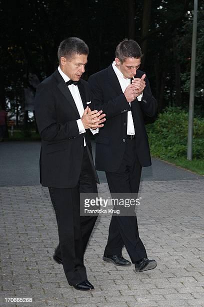 Joachim Sauer Und Sein Sohn Daniel Sauer In Der Pause Bei Der Eröffnung Der 98 Bayreuther Festspiele In Bayreuth Am 250709