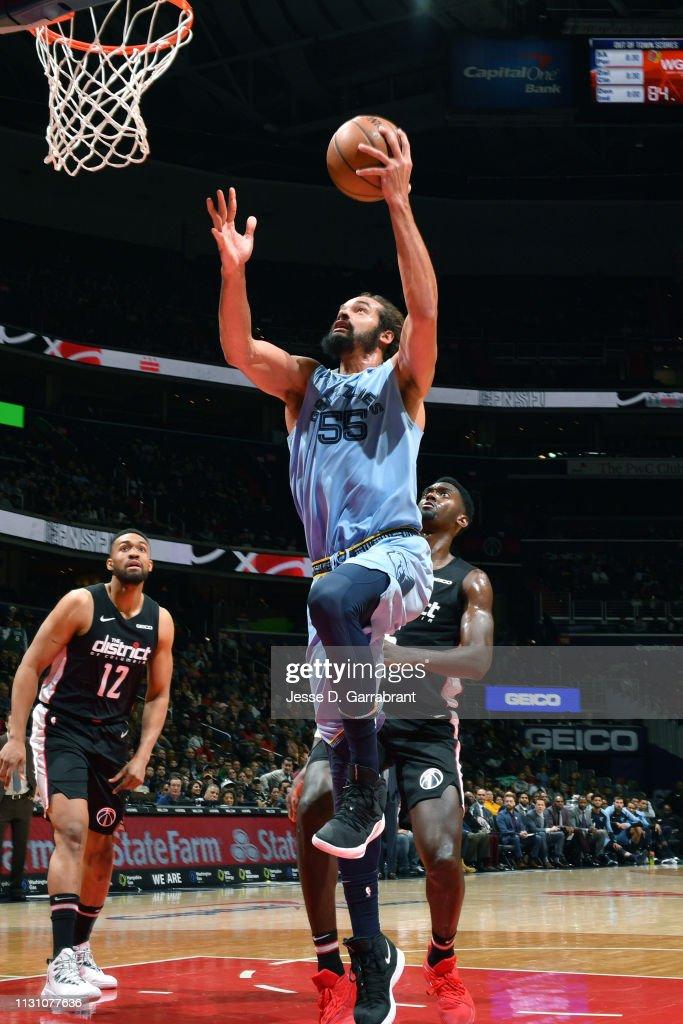 info pour d63d9 c46dc Joakim Noah of the Memphis Grizzlies goes to the basket ...