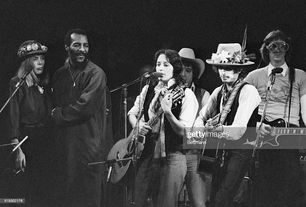 Joan Baez and Bob Dylan Performing : News Photo