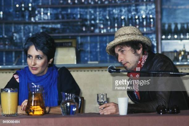 Joan Baez et Bob Dylan lors d'une conférence de presse à Hambourg le 1er juin 1984 Allemagne