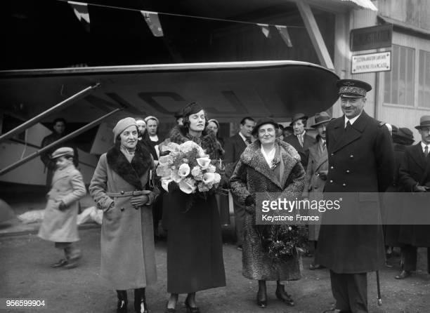 Joan Batten la marquise AnnaÉlisabeth de Noailles et Suzanne Deutsh de la Meurthe à l'aérodrome de Guyancourt France en 1936