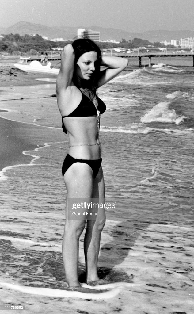 Joan Collins In The Beach Of The Marbella Club Marbella Spain Picture Id K Amp M Amp S X Amp W Amp H Alyktg Clpetonknl Yatkpxr Oriobgiq Iv O