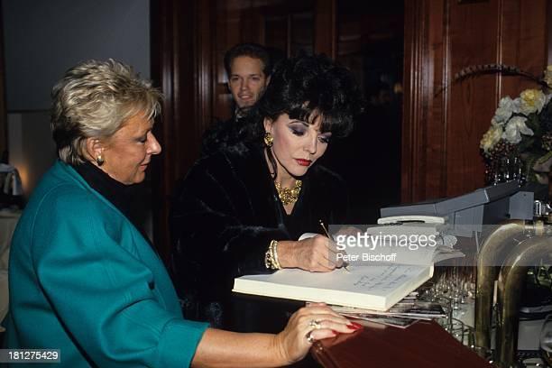 Joan Collins Party im Anschluß an die Aufzeichnungen der ZDF/ORFShow P e t e r A l e x a n d e r Show Wien sterreich Anzug Krawatte Glas Getränk...