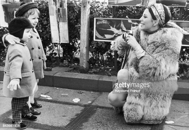 Joan Collins photographie ses enfants Sasha Newley et Tara Newley à Londres RoyaumeUni le 5 février 1968