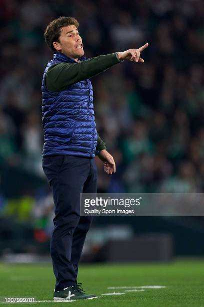 Joan Francesc Ferrer 'Rubi' Manager of Real Betis gives instructions during the La Liga match between Real Betis Balompie and RCD Mallorca at Estadio...