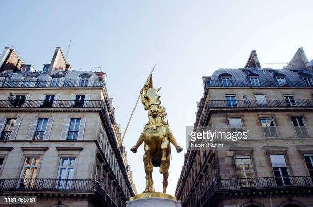 joan of arc gilded bronze equestrian sculpture and haussmann apartments in paris, france - 1870~1879年 ストックフォトと画像