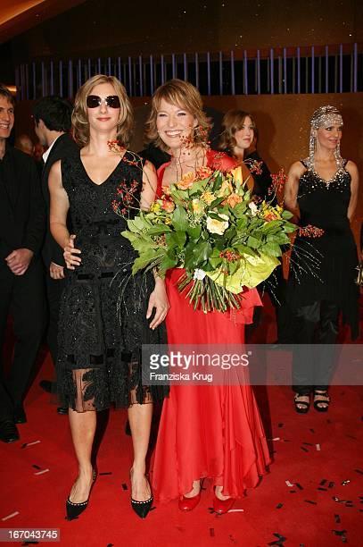Joana Zimmer Und Moderatorin Andrea Ballschuh Bei Der Verleihung Der Goldenen Henne Im Friedrichstadtpalast In Berlin
