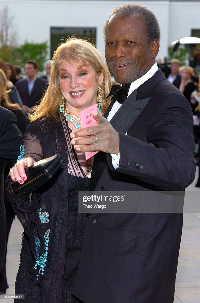 2004 Vanity Fair Oscar Party - Arrivals : News Photo
