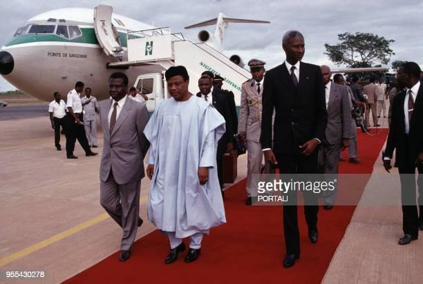 Joao Bernardo Vieira, le président de la République de Guinée-Bissau et Abdou Diouf, résident de la République du Sénégal, accueillis par Ibrahim...